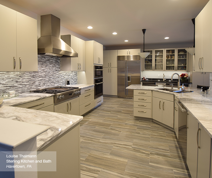 Cuisine Blanche Et Grise Moderne: Modern Kitchen With Light Grey Cabinets